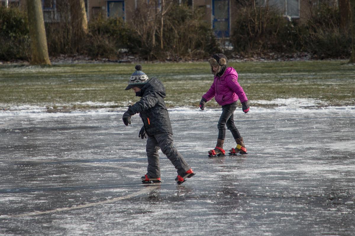 Eerste schaatsers in actie op Maaiveld