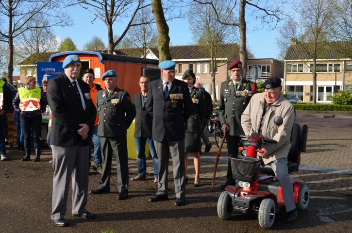 Veteranen bij het vlag hijsen in Biddinghuizen