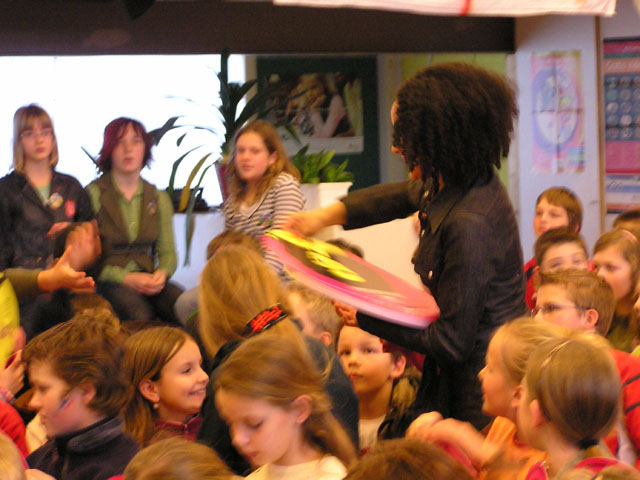 Sharon signeert CD na afloop huldiging