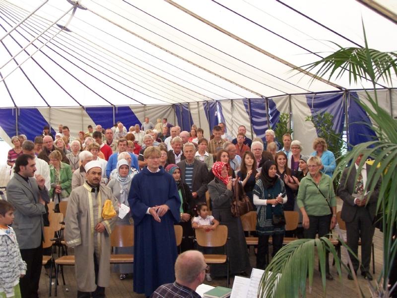Interreligieuze bijeenkomst in de tent als afsluiting feestweek