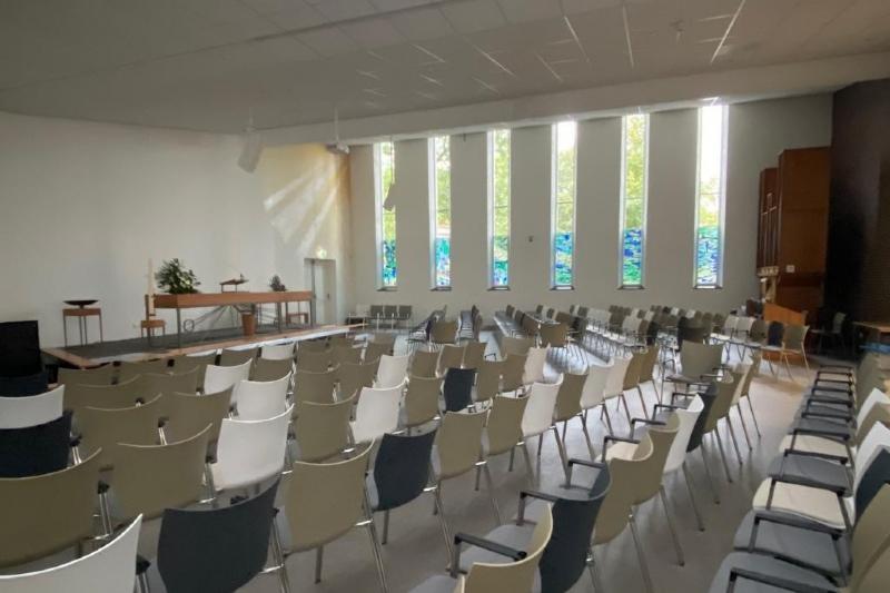Ramen uit de oude kerk in de nieuwe kerkzaal geplaatst