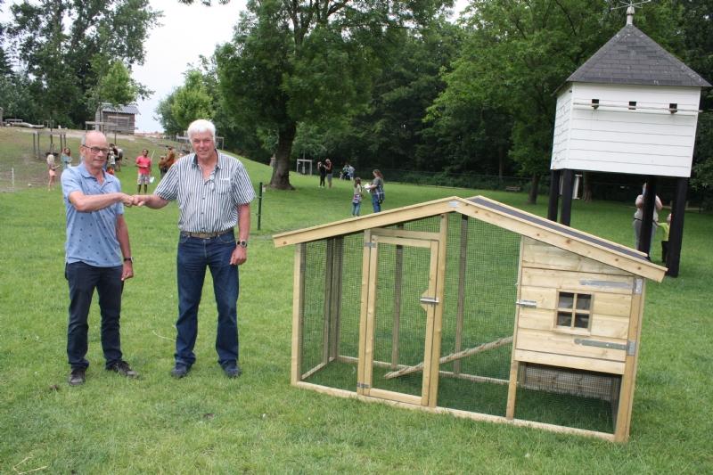 Odd Fellows Dronten schenkt kippenren aan Dierenpark de Scharrelberg